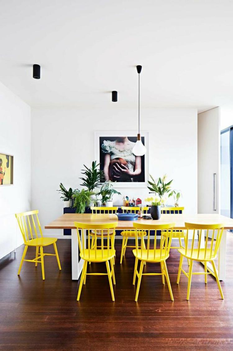 Einrichtungsbeispiele Esszimmertisch mit gelben Stühlen Holz