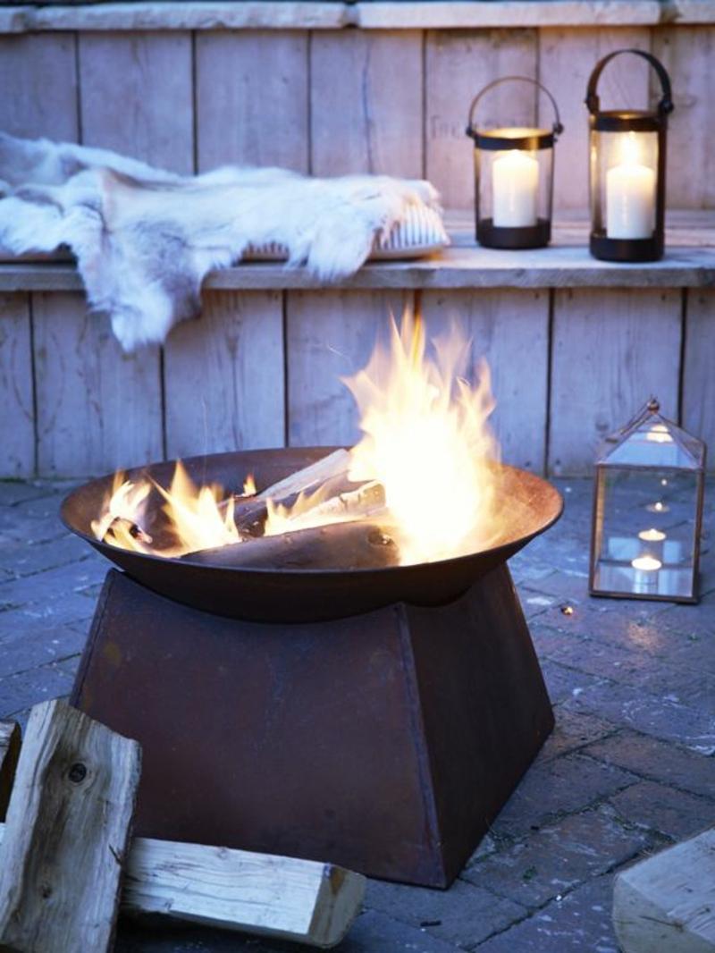 Feuerschalen Grillen im Garten Sommerhaus gemütlich abends