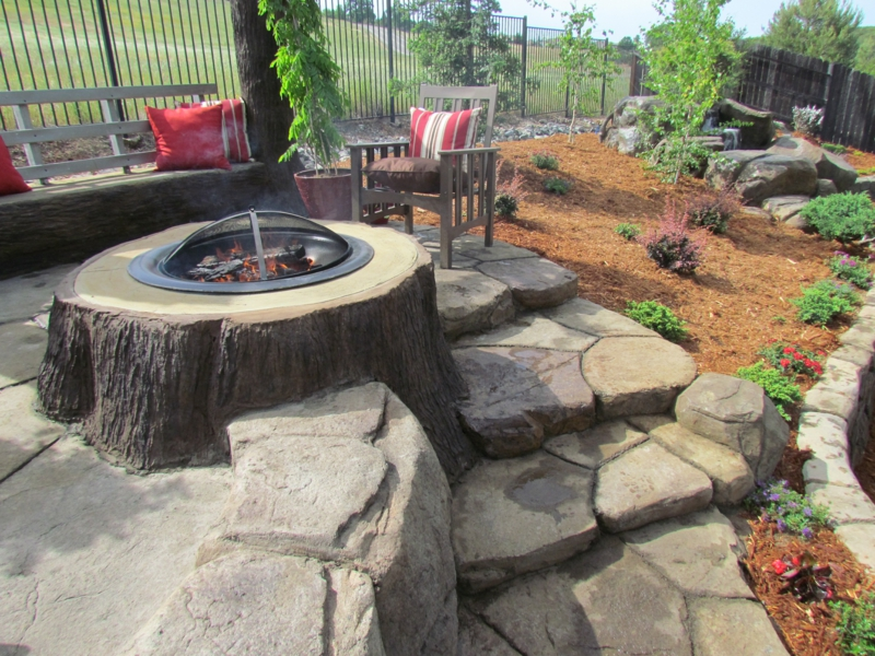 Feuerstelle bauen Baumstamm Gartengestaltung mit Steinen gemütliche Ecke