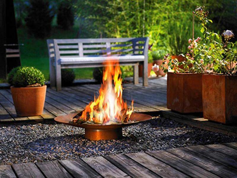 Feuerstelle bauen Gartengestaltung gemütliche Sommerabende Feuerschale