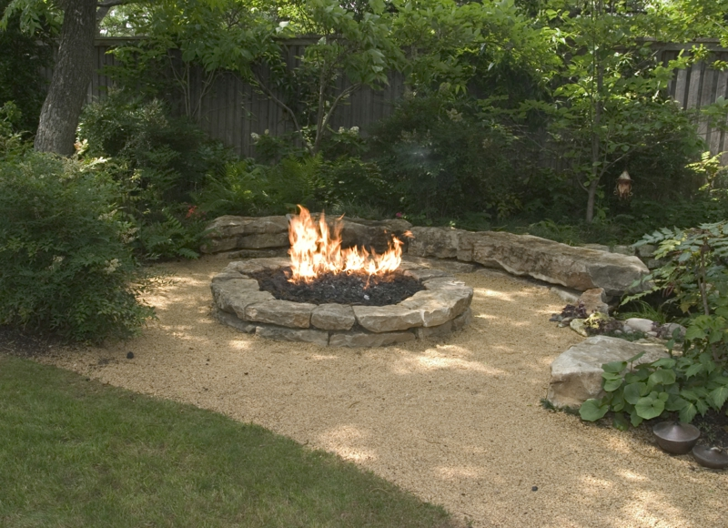 Feuerstelle bauen Gartengestaltung gemütliche Sommerabende Kies Sand Boden