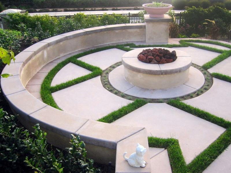 Feuerstelle bauen Gartengestaltung mit Steinen Betonplatten Gras