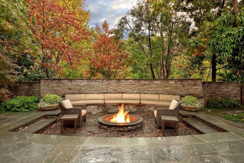 Feuerstelle bauen Gartengestaltung mit Steinen Rattansessel