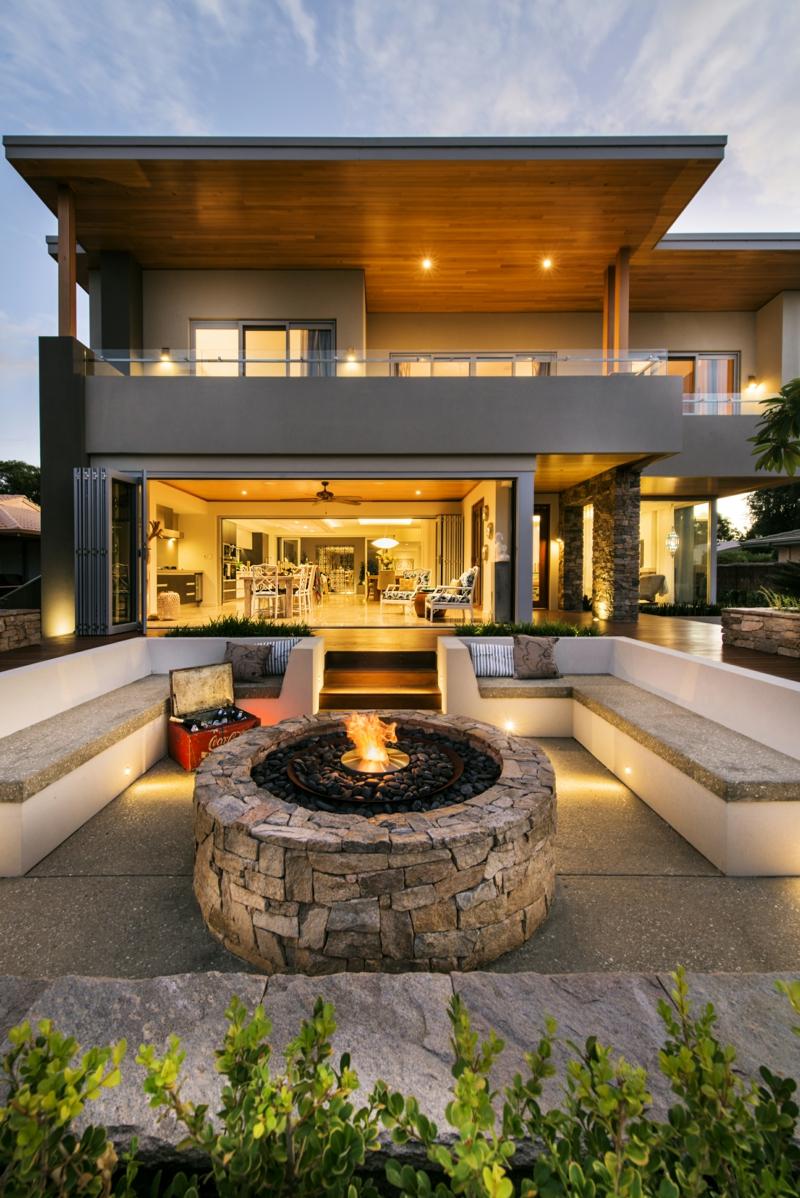Feuerstelle bauen Stein Bank Vorgartengestaltung gemütliche Sommerabende