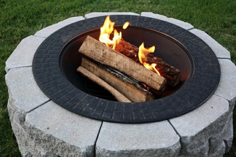 Feuerstelle bauen Stein Flusssteine Gartengestaltung gemütliche Sommerabende