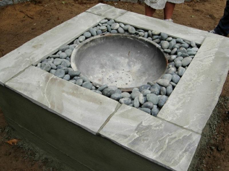 Feuerstelle bauen Steinblöcke Kies Gartengestaltung Ideen