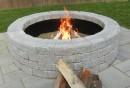 Feuerstelle-bauen-Steine-und-Kies-Gartengestaltung-gemütliche-Sommerabende