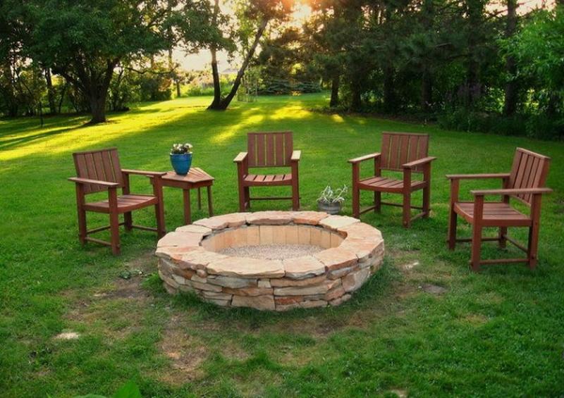 Feuerstelle bauen gemütliche Ecke im Garten gestalten