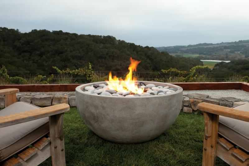 Feuerstelle bauen gemütliche Ecke mit Blick Garten Stein Schale Flusssteine