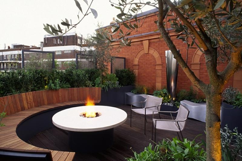 Feuerstelle bauen moderne Gartengestaltung Tisch mit eingebautem Deko Kamin