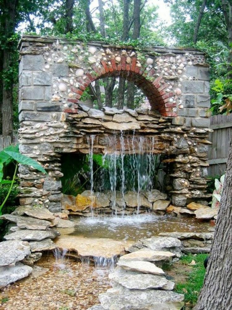 Garten Teich Bilderfernöstliche Inspiration alte Wand fliessendes Wasser