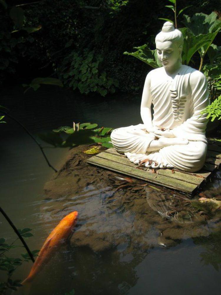 Gartenteich Bilder Buddha Statue fernöstliche Kultur Fische