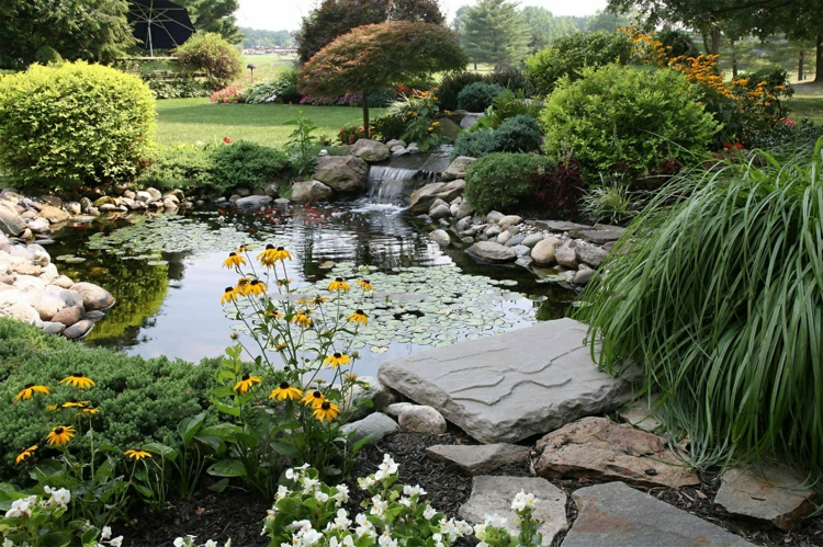 Gartenteich Bilder kreative Gartengestaltung Wasserpflanzen Teich Rasen