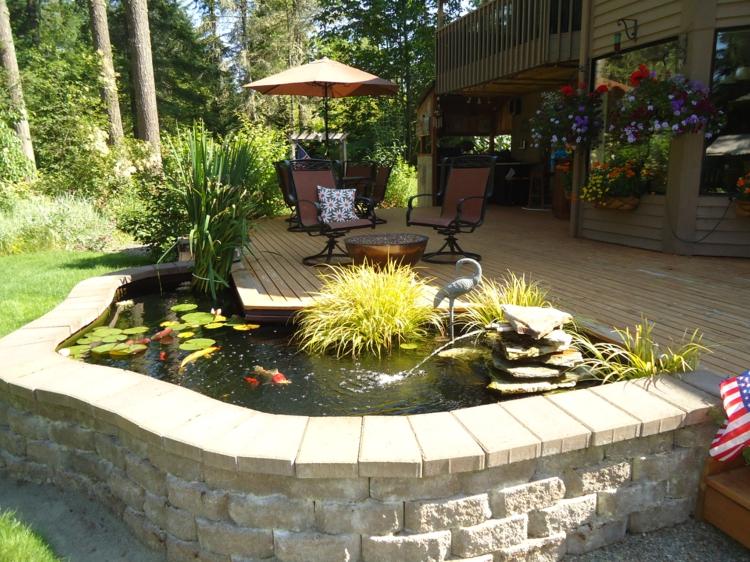 Gartenteich Bilder kreative Gartenideen Gartenmöbel Sonnenschirm Teichfische