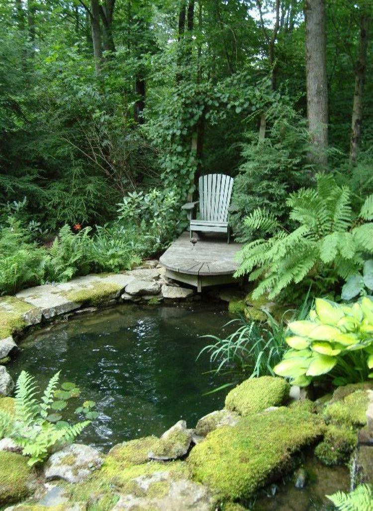 Gartenteich Bilder kreative Gartenideen Wasser Gartenpflanzen Teich Holzstuhl