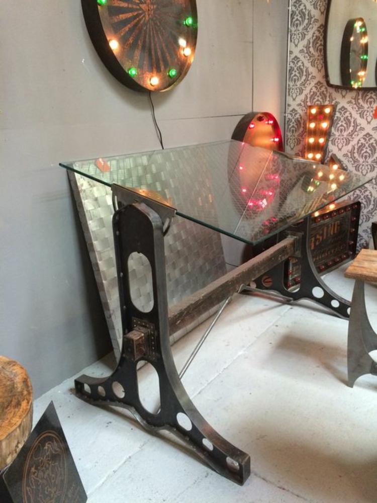 Glasschreibtisch Home Office einrichten kreative Beleuchtung
