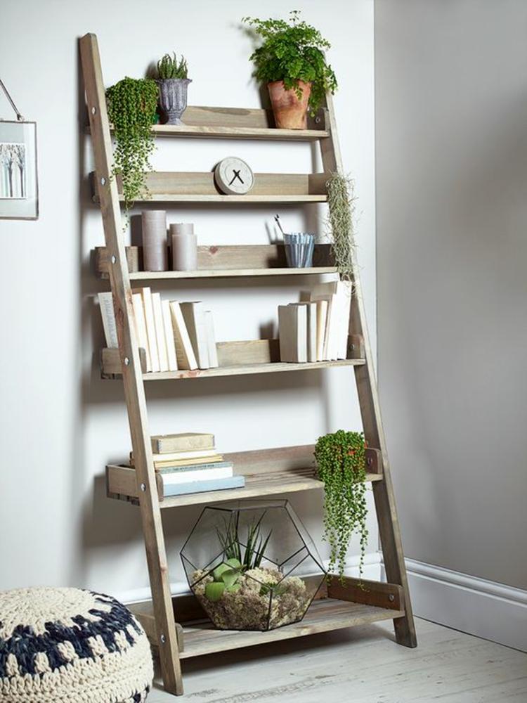 Holzleiter Wohnzimmer Möbel Bücherregal Zimmerpflanzen Sitzkissen gestrickt