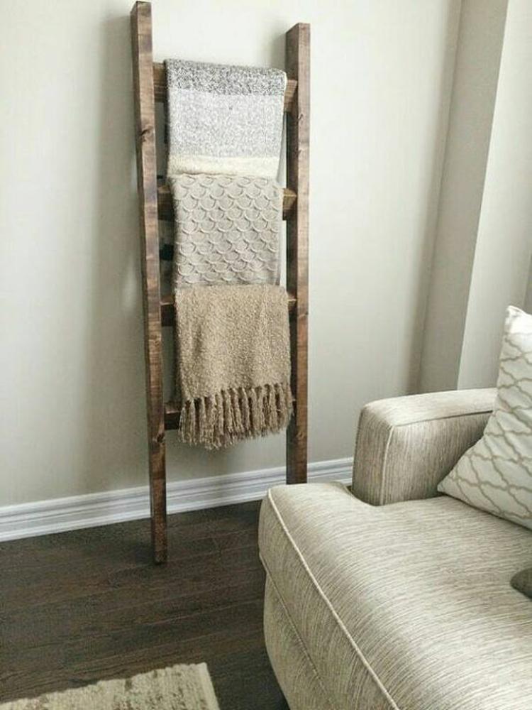 Holzleiter Wohnzimmer Möbel rustikale Einrichtung Holzboden Wolldecken