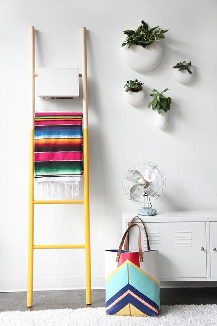 Holzleiter gelb streichen Wohnzimmer Möbel bunte Decke