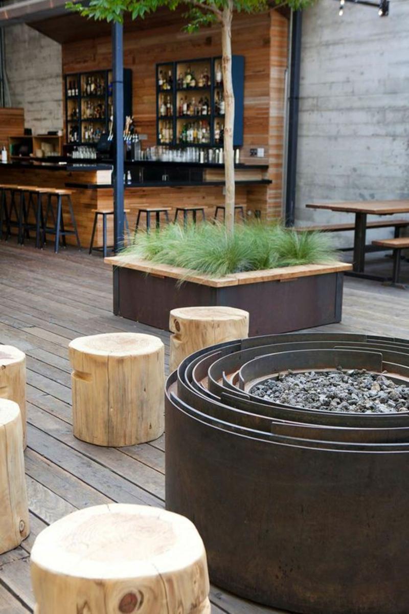 Metall Feuerstelle bauen Baumstamm Stühle Bar Außenbereich