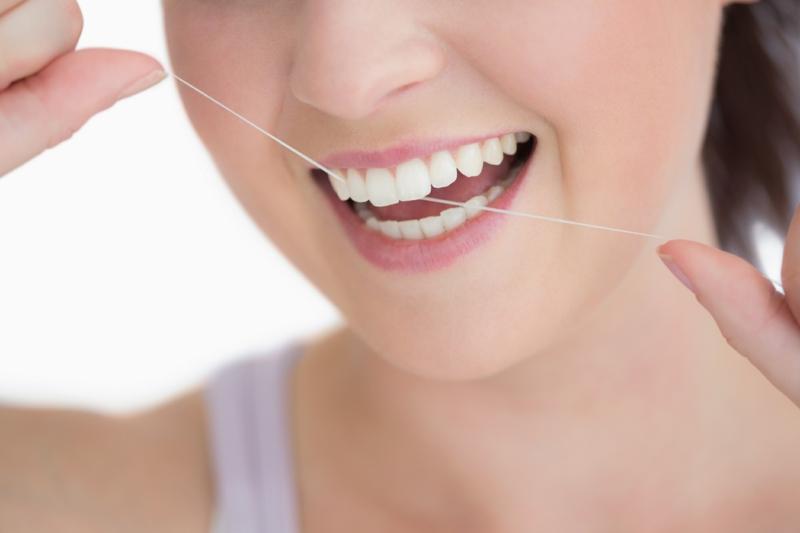 Zahnschmerzen was tun Zähne mit Zahnseide putzen
