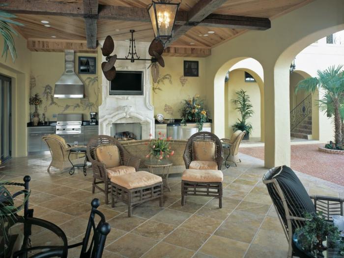 außenküche selber bauen landhaus wohnstil rattan sessel beistelltisch kamin