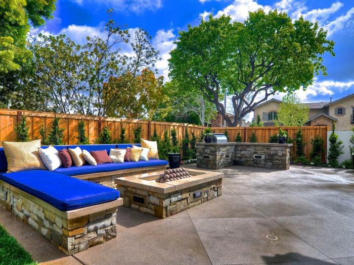 außenküche selber bauen natursteine couch sofa gartenlounge offene feuerstelle