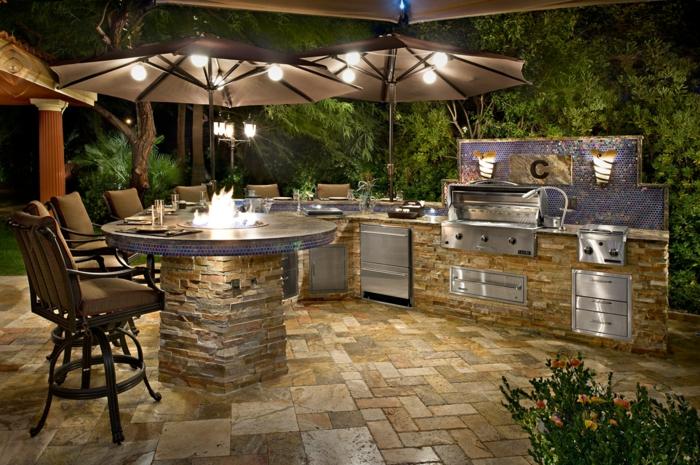 außenküche selber bauen runde bartheke offene feuerstelle tisch eingebaute küchengeräte naturstein