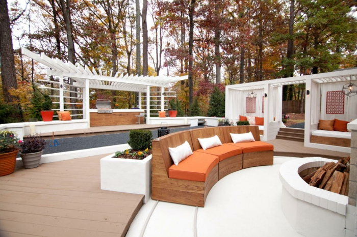 außenküche selber bauen terrasse lounge holzpergola weiß sofa kissen