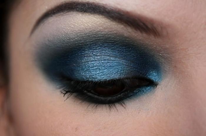 augen schminken dunkelblau smokey eyes mascara