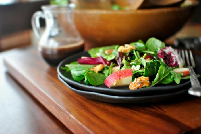 ausgewogene ernährung abwechslungsreich farbig salad
