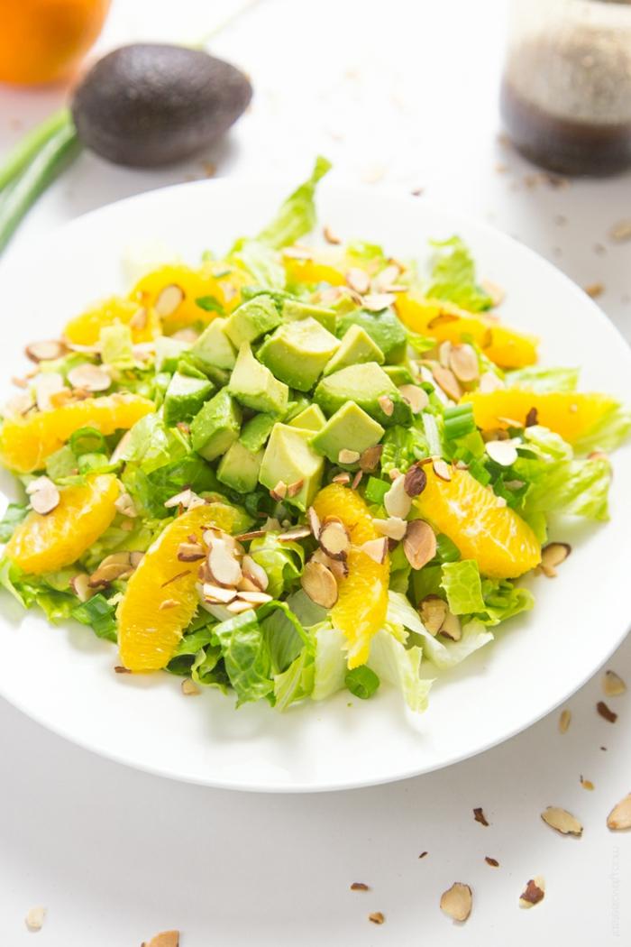 ausgewogene ernährung avbocado mandel orange salat