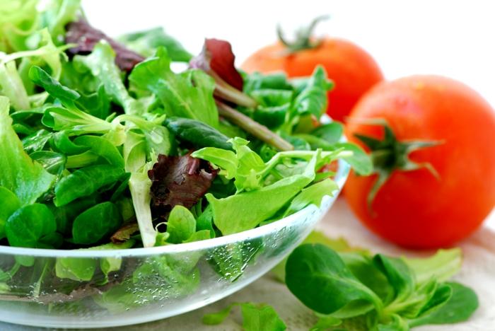 ausgewogene ernährung grünes gemüse essen salate