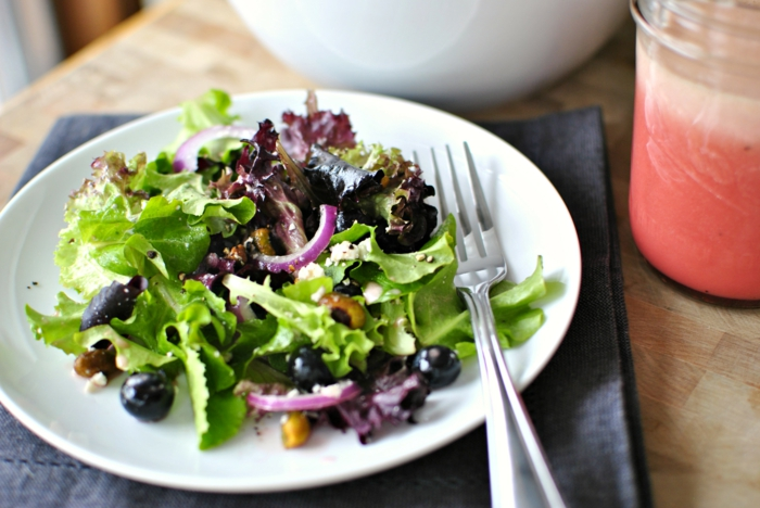 ausgewogene ernährung salate essen grünes gemüse zwiebel