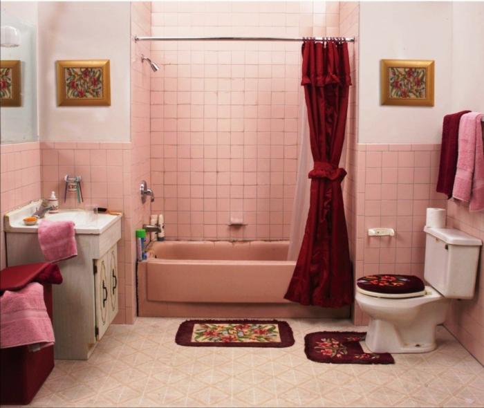 badezimmerfliesen rosa wandfliesen roter vorhang kleines bad ideen