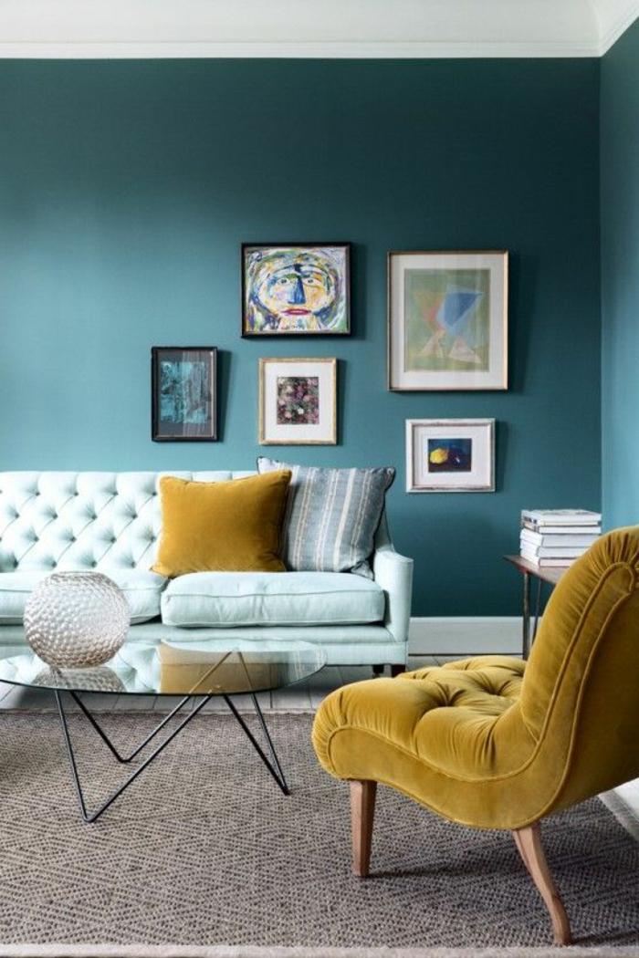 bequeme sessel gelber sessel grüne wand glastisch wohnzimmer einrichten