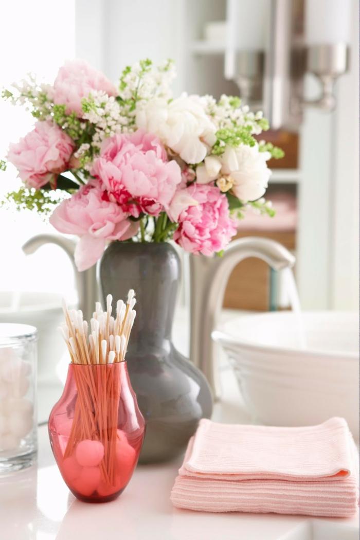 blumen tischdeko badezimmer dekorieren rosanuancen