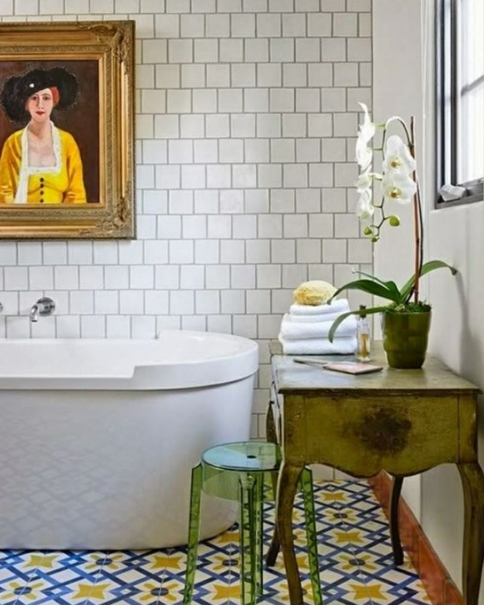 dekoideen tisch beistelltisch badezimmer farbiger boden