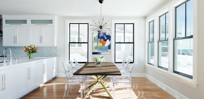 dekoideen tisch holztisch kücheninsel dekorieren transparente stühle