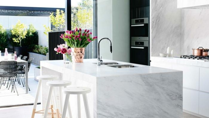 blumen tischdeko küche kücheninsel marmor frische dekoideen