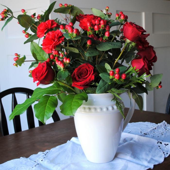 blumen tischdeko küche küchentisch dekorieren rote rosen