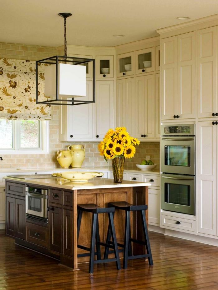 blumen tischdeko kücheninsel dekorieren farbige raffrollos