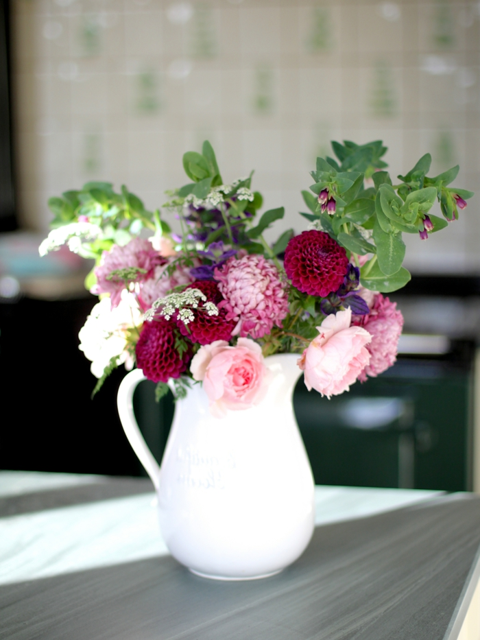dekoideen tisch weiße vase pfingstblumen