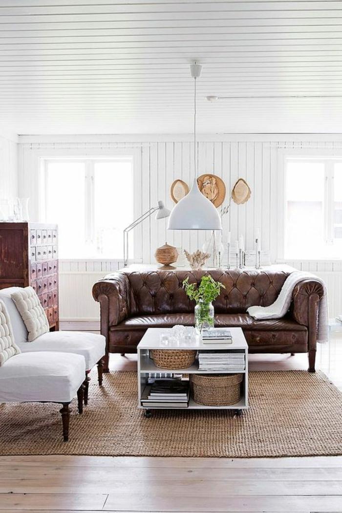 chesterfield sofa leder braun holzboden hängeleuchte