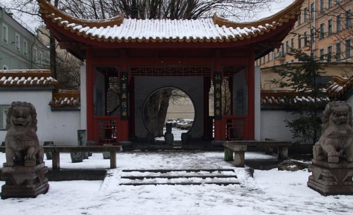 chinesischer garten gartenmauer runde tür statuen löwen