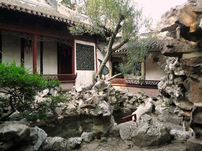 chinesischer garten pavillion natursteine gartenteich weide bäume