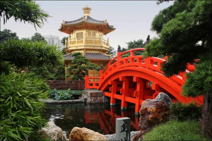 chinesischer garten rote brücke see nadelbäume tempel traditionell