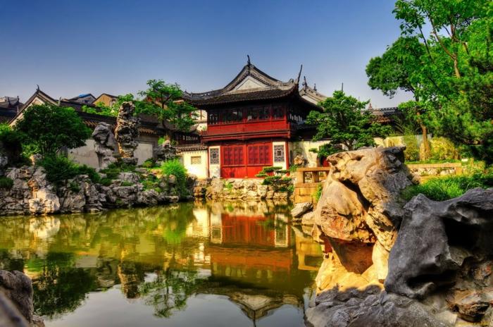 chinesischer garten teich natursteine felsen gartenpavillion