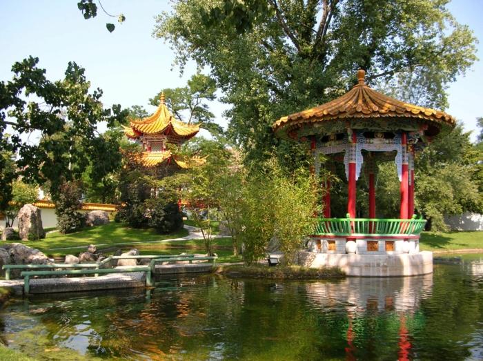 chinesischer garten traditionelle architektur parkanlage see bäume