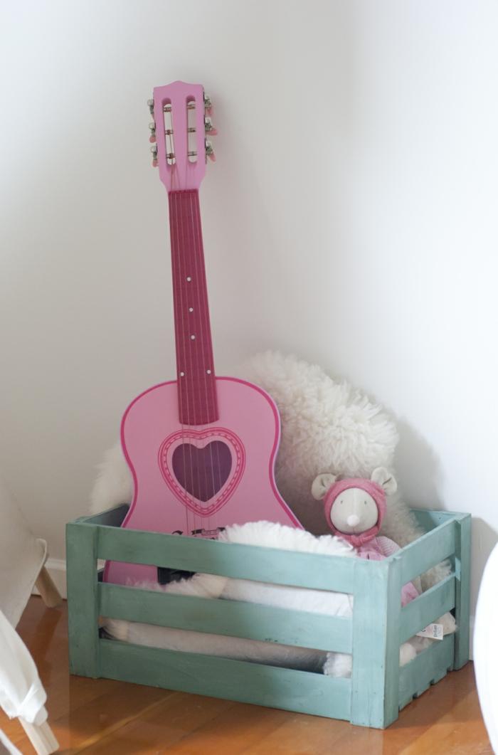 stauraum kinderzimmer mädchenzimmer gittare herz rosa
